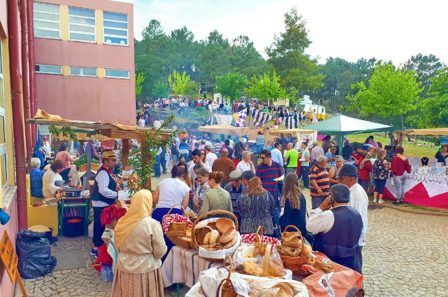 00127e99584 Centenas de pessoas no mercado rural da Escola Jean Piaget
